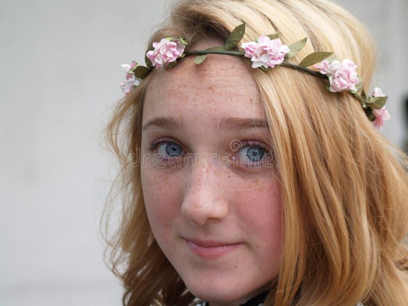Девушка в венке цветков на ее голове стоковая фотография rf