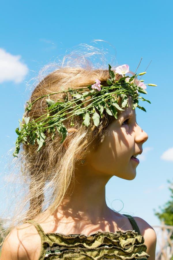 Девушка в венке 4632 травы стоковое изображение rf