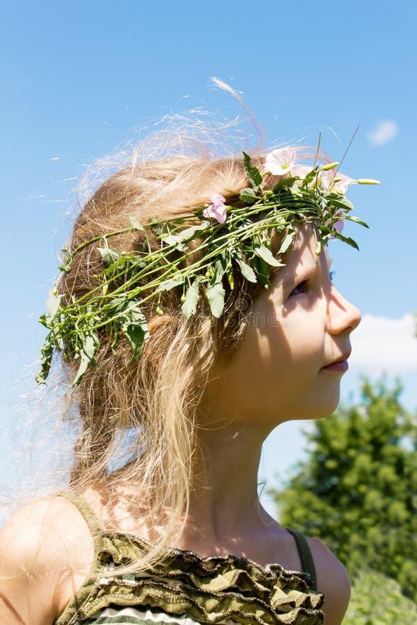 Девушка в венке 4633 травы стоковое изображение