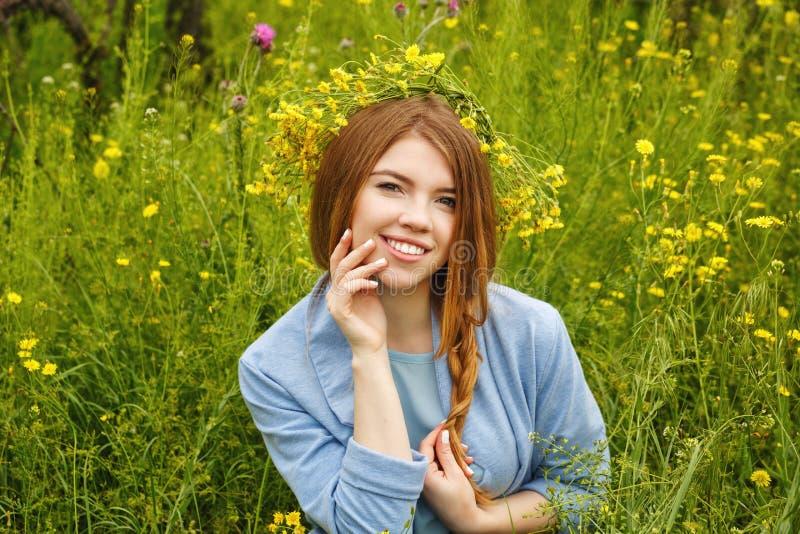 Девушка в венке wildflowers стоковое фото rf