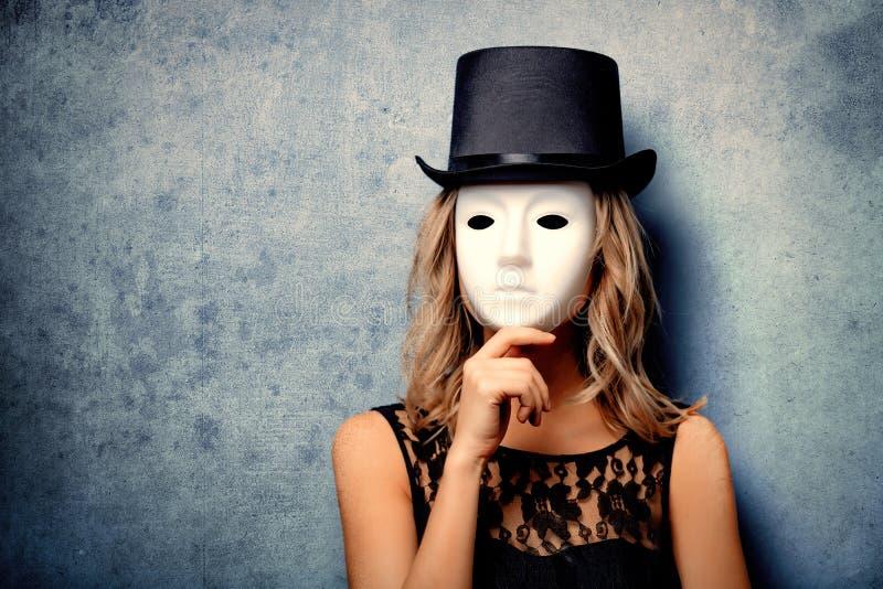 Девушка в верхней шляпе и белой маске стоковое фото