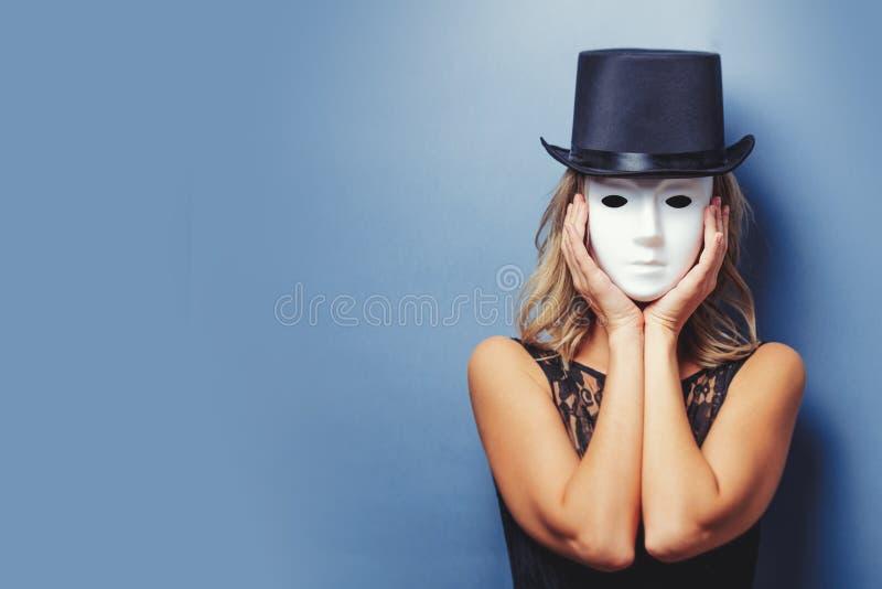 Девушка в верхней шляпе и белой маске стоковые фото