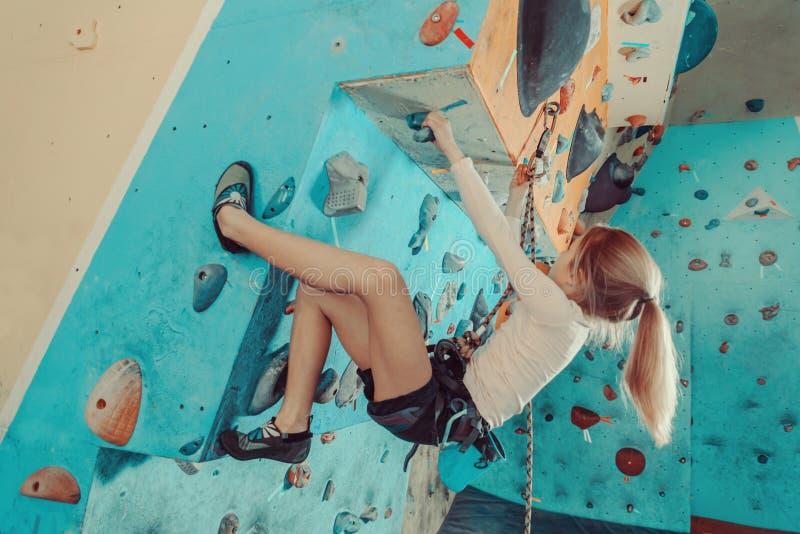 Девушка в взбираться оборудования для обеспечения безопасности крытый стоковая фотография rf