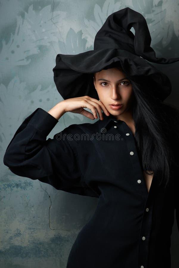 Девушка в взглядах костюма ведьмы сексуальных стоковое изображение rf