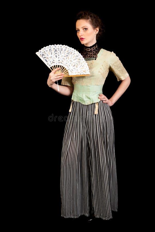 Девушка в викторианском платье развевая вентилятор стоковое изображение rf