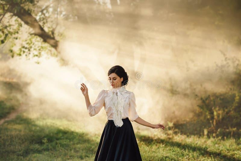 Девушка в винтажном платье стоковые изображения rf