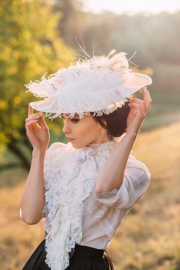 Девушка в винтажном платье стоковые фотографии rf