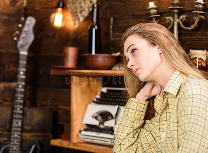 Девушка в вскользь обмундировании в деревянном винтажном интерьере Tomboy девушки тратит время в доме егеря Концепция Tomboy Дама стоковые фотографии rf