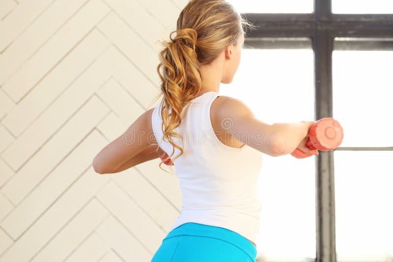 Девушка в гимнастике стоковая фотография