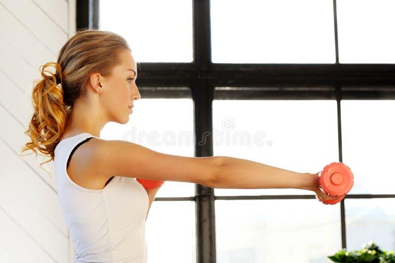 Девушка в гимнастике стоковое изображение rf
