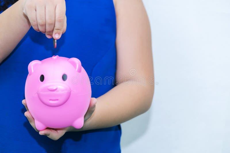 Девушка в голубой рубашке, будущей концепции сбережений стоковые фотографии rf