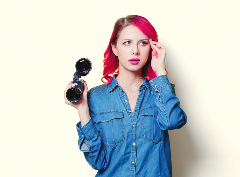Девушка в голубой рубашке держащ бинокли стоковое фото rf