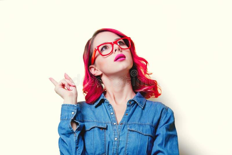 Девушка в голубой рубашке и красных стеклах стоковые фотографии rf