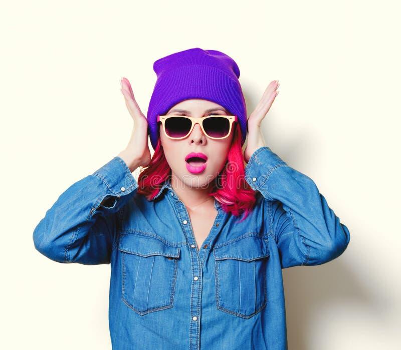 Девушка в голубой рубашке, фиолетовой шляпе и стеклах апельсина стоковые фото