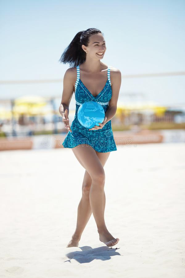 Девушка в голубые спорт одевает с шариком волейбола стоковые фото