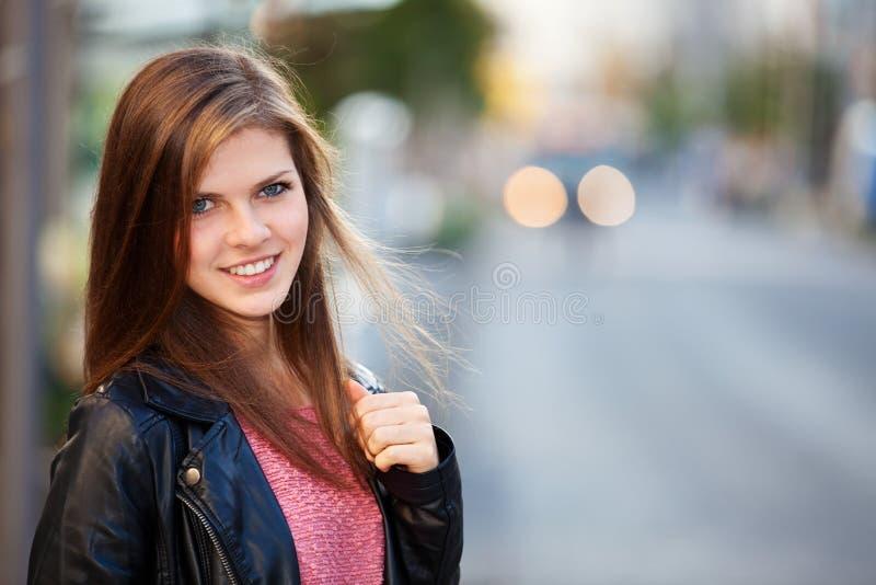 Девушка в городе стоковое фото rf