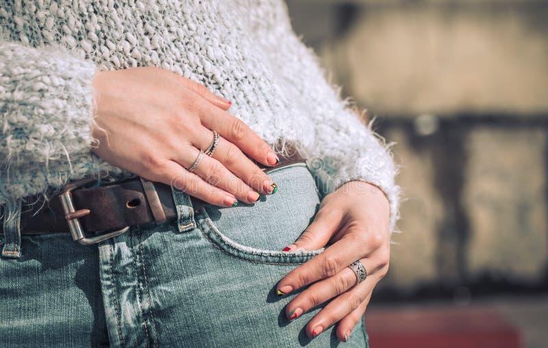 Девушка в джинсыах стоковая фотография
