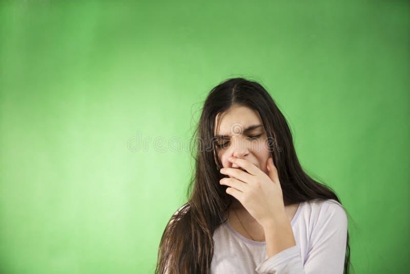 Девушка в ее nightie хочет спать изолированный ключ chroma стоковые фото