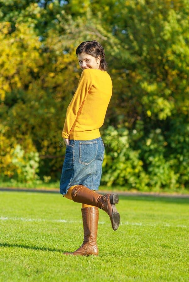 Девушка в желтом свитере стоковые фотографии rf