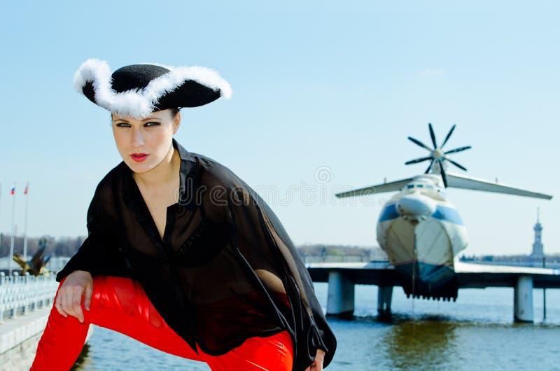 Девушка в 3-загонянной в угол шляпе на речном береге стоковое фото