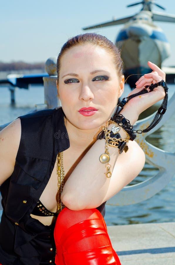 Девушка в 3-загонянной в угол шляпе на речном береге стоковые фото