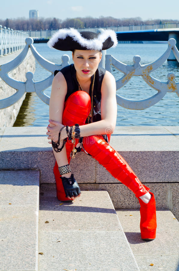 Девушка в 3-загонянной в угол шляпе на речном береге стоковые фотографии rf