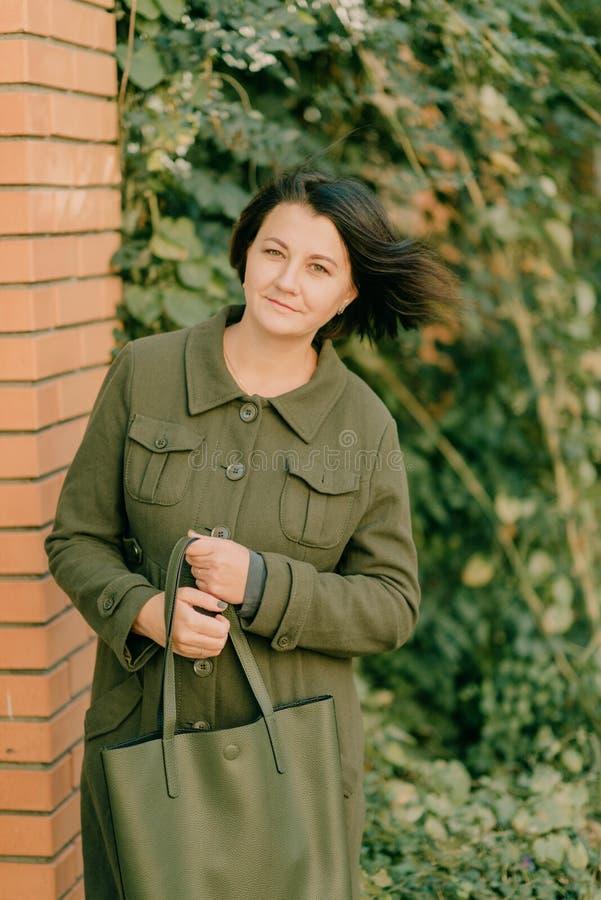 Девушка в зеленом пальто стоковое изображение rf