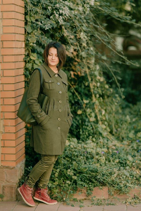 Девушка в зеленом пальто стоковое фото rf