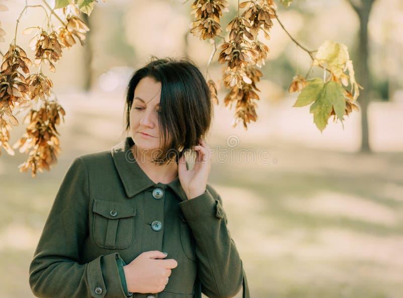 Девушка в зеленом пальто стоковые изображения rf