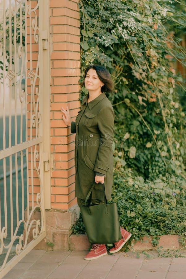 Девушка в зеленом пальто стоковые фото