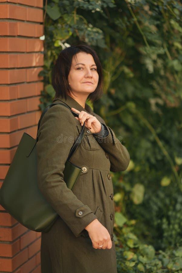 Девушка в зеленом пальто стоковая фотография rf