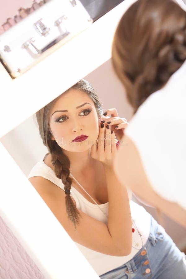 Девушка в зеркале стоковые фотографии rf