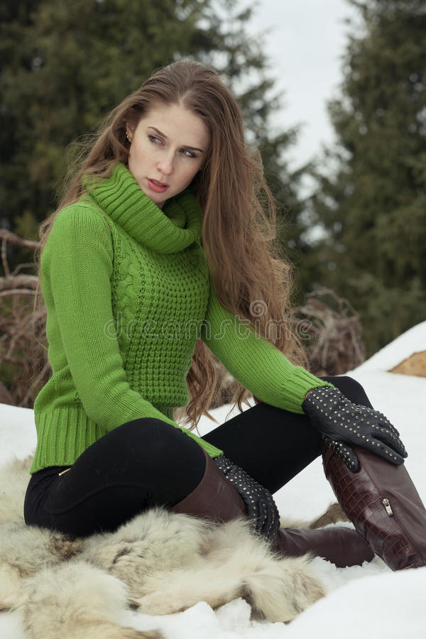 Девушка в зеленом цвете стоковые фотографии rf