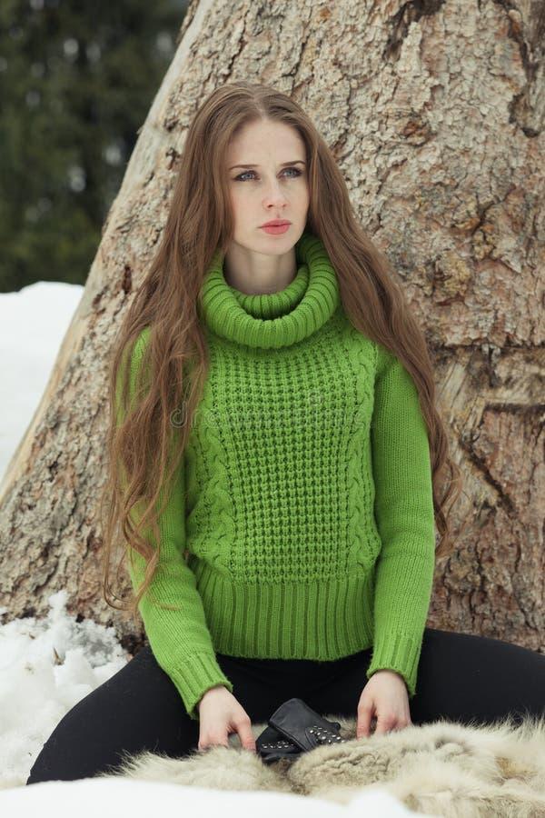 Девушка в зеленом цвете стоковые изображения rf