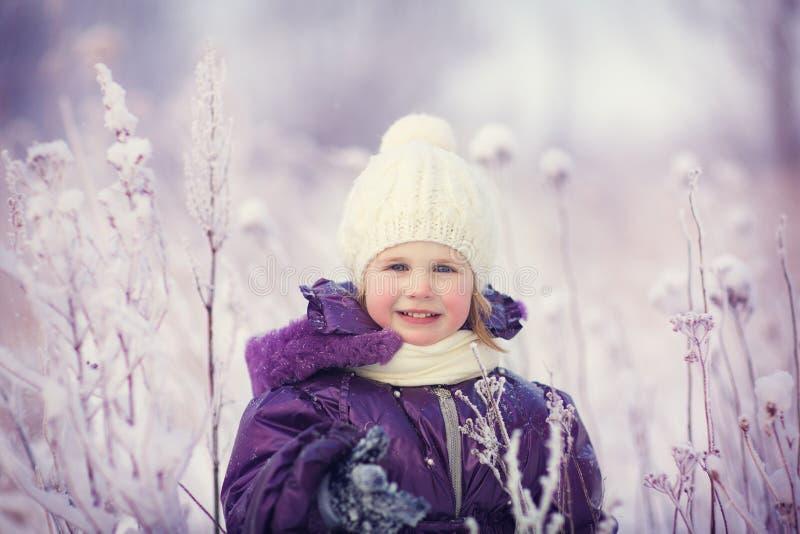 Девушка в зиме стоковая фотография