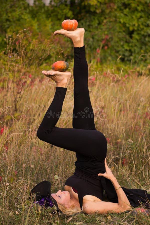 Девушка в йоге костюма хеллоуина практикуя стоковые фотографии rf