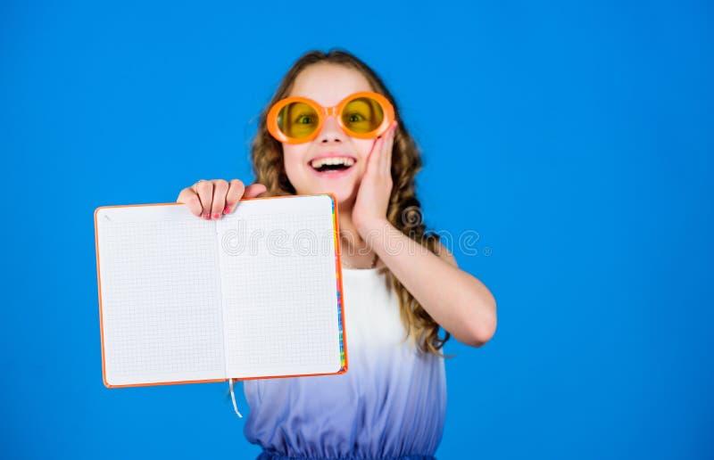 Девушка в книге владением солнечных очков Хобби и отдых Верхние смешные книги, который нужно прочитать Пляж читает на лето Ребенк стоковое фото