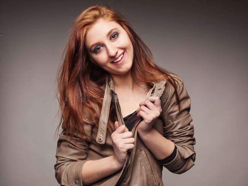 Девушка в кожаной куртке представляет модель стоковая фотография rf