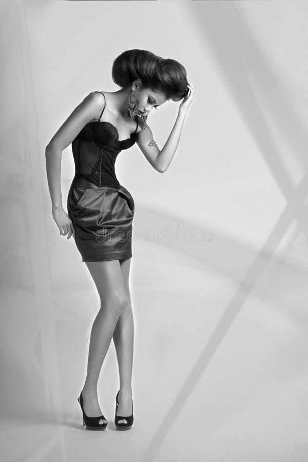 Девушка в корсете и короткой юбке стоковые изображения rf