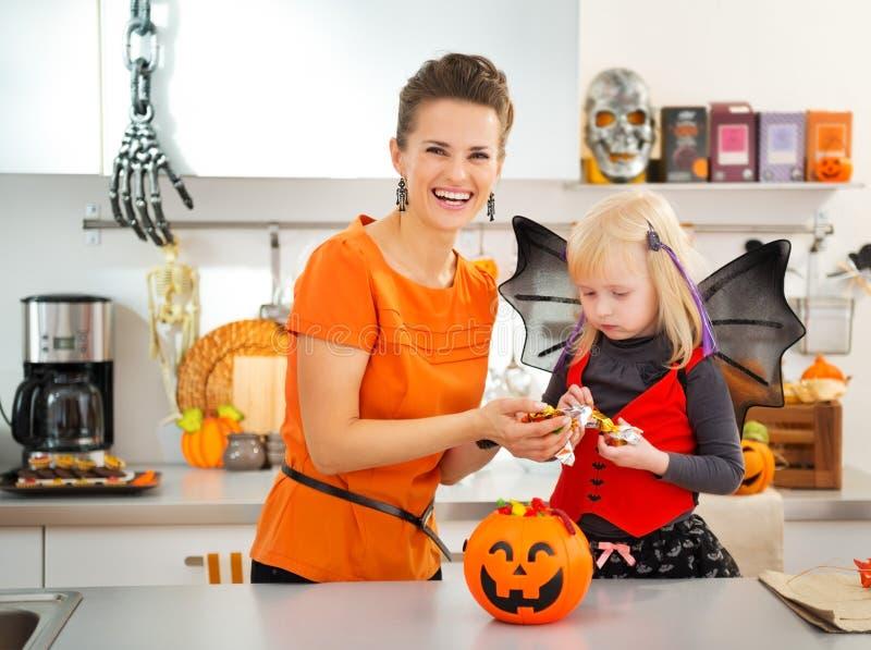 Девушка в костюме летучей мыши хеллоуина тратя время с матерью стоковая фотография