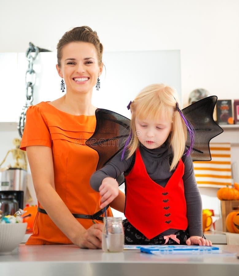 Девушка в костюме летучей мыши хеллоуина тратя время с матерью стоковая фотография rf
