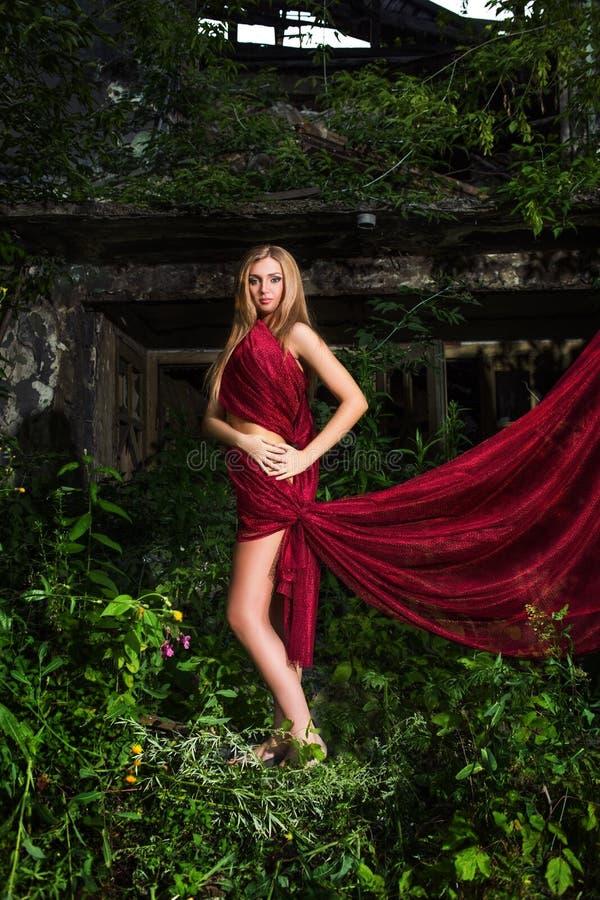 Девушка в красной ткани стоковое фото rf