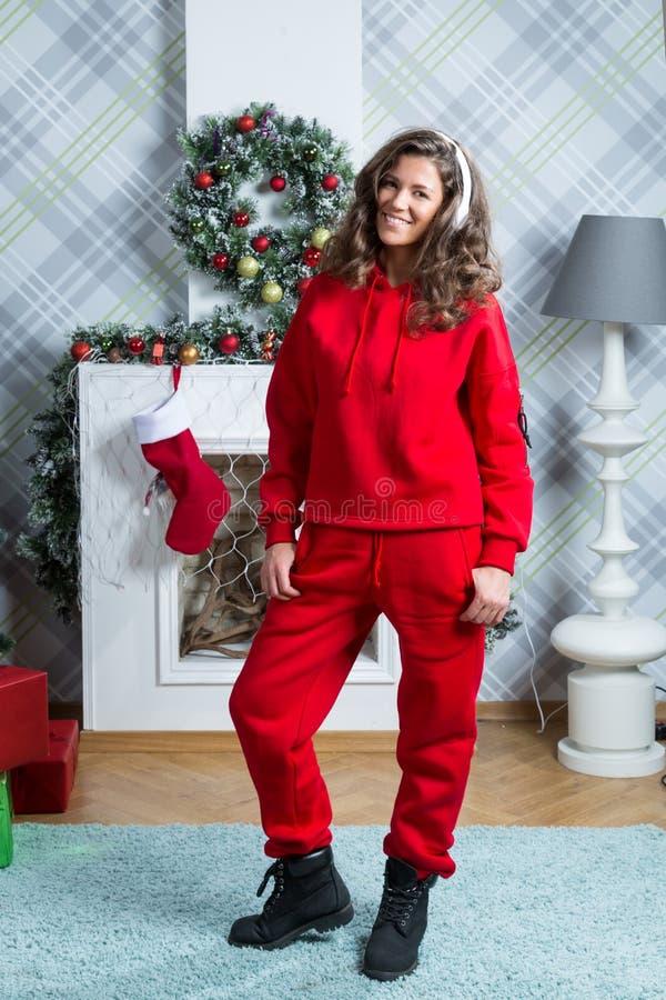 Девушка в красном костюме спорта стоковые фото