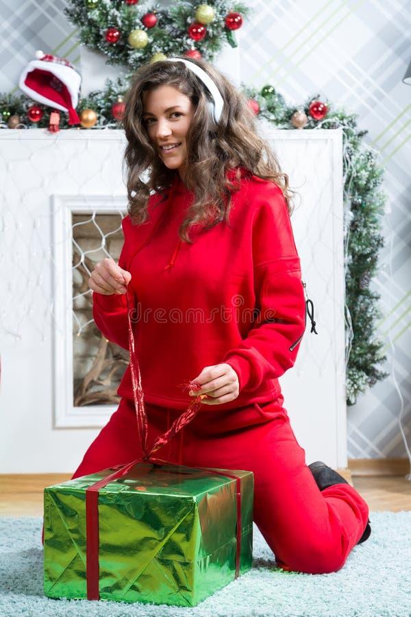 Девушка в красном костюме спорта стоковые изображения