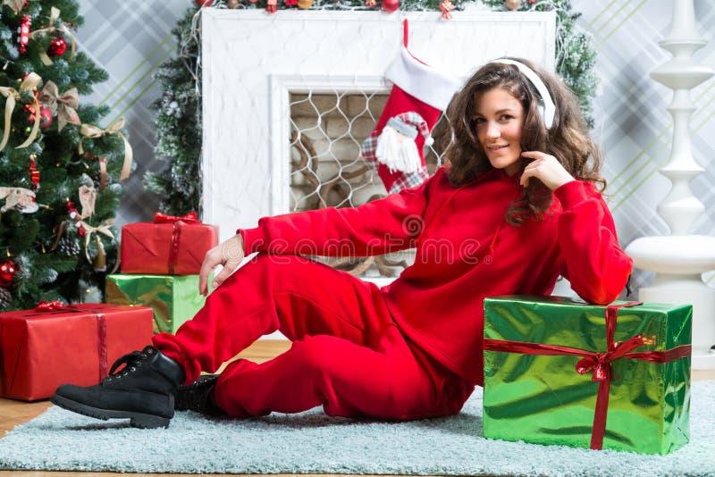 Девушка в красном костюме спорта стоковые изображения rf