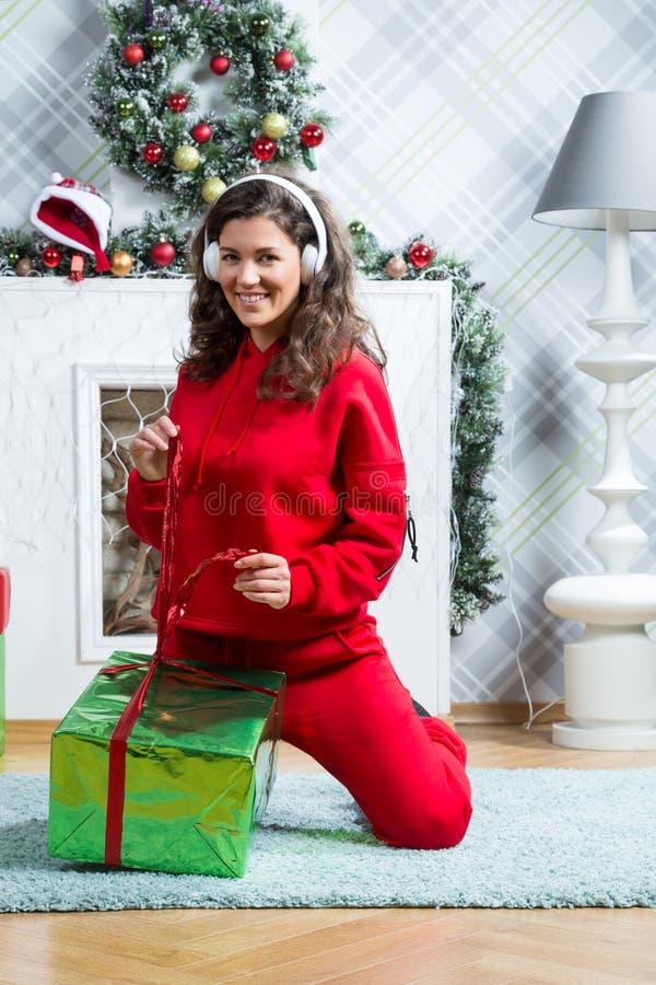 Девушка в красном костюме спорта стоковое фото rf