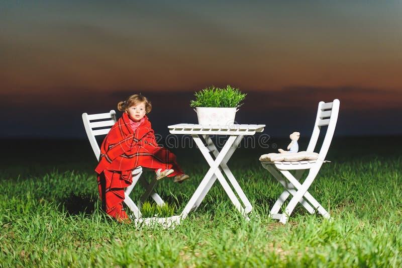 Девушка в красном одеяле стоковая фотография rf