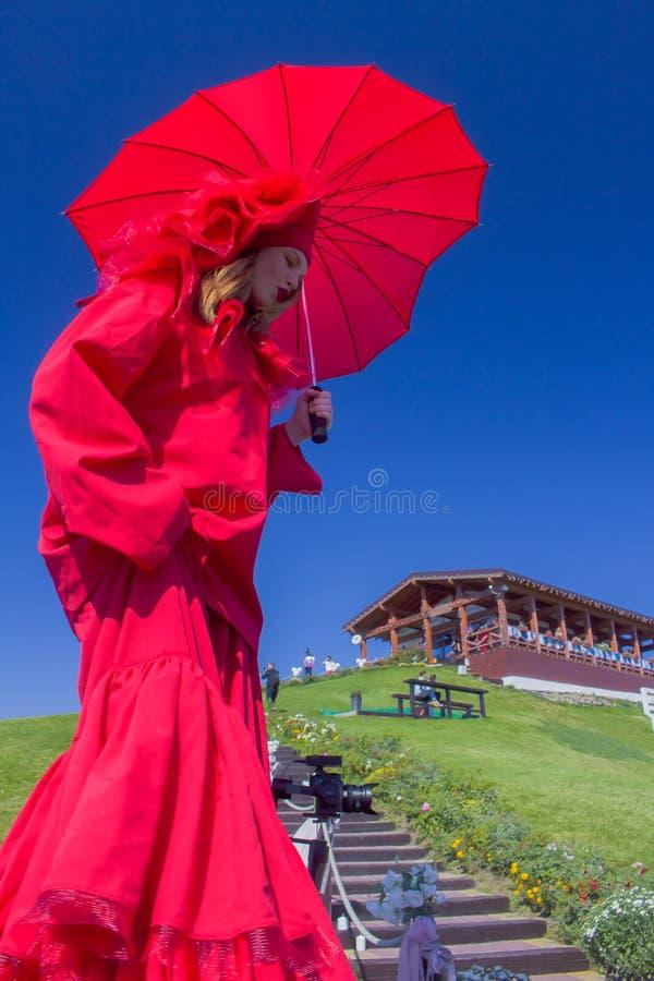 Девушка в красном платье с парасолем стоковые фотографии rf
