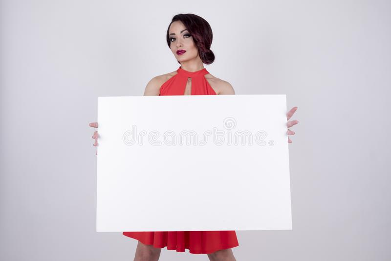 Девушка в красном платье с шильдиком стоковые изображения