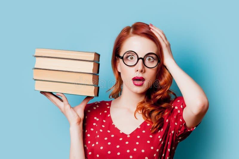 Девушка в красном цвете с книгами стоковые фотографии rf